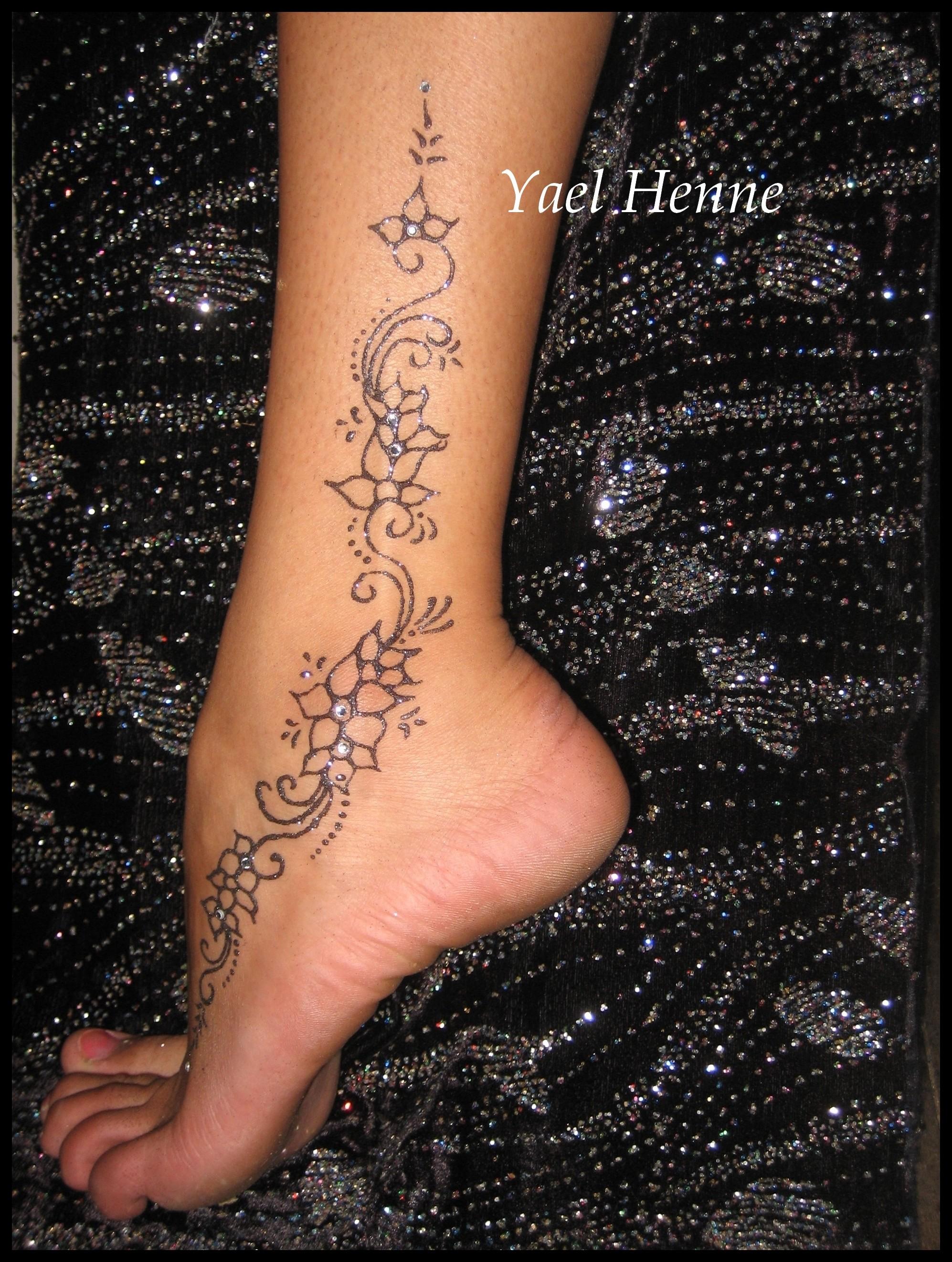 Les jolis tatouages ph m res de yael paris henn paillettes et jagua - Tatouage dos femme discret ...